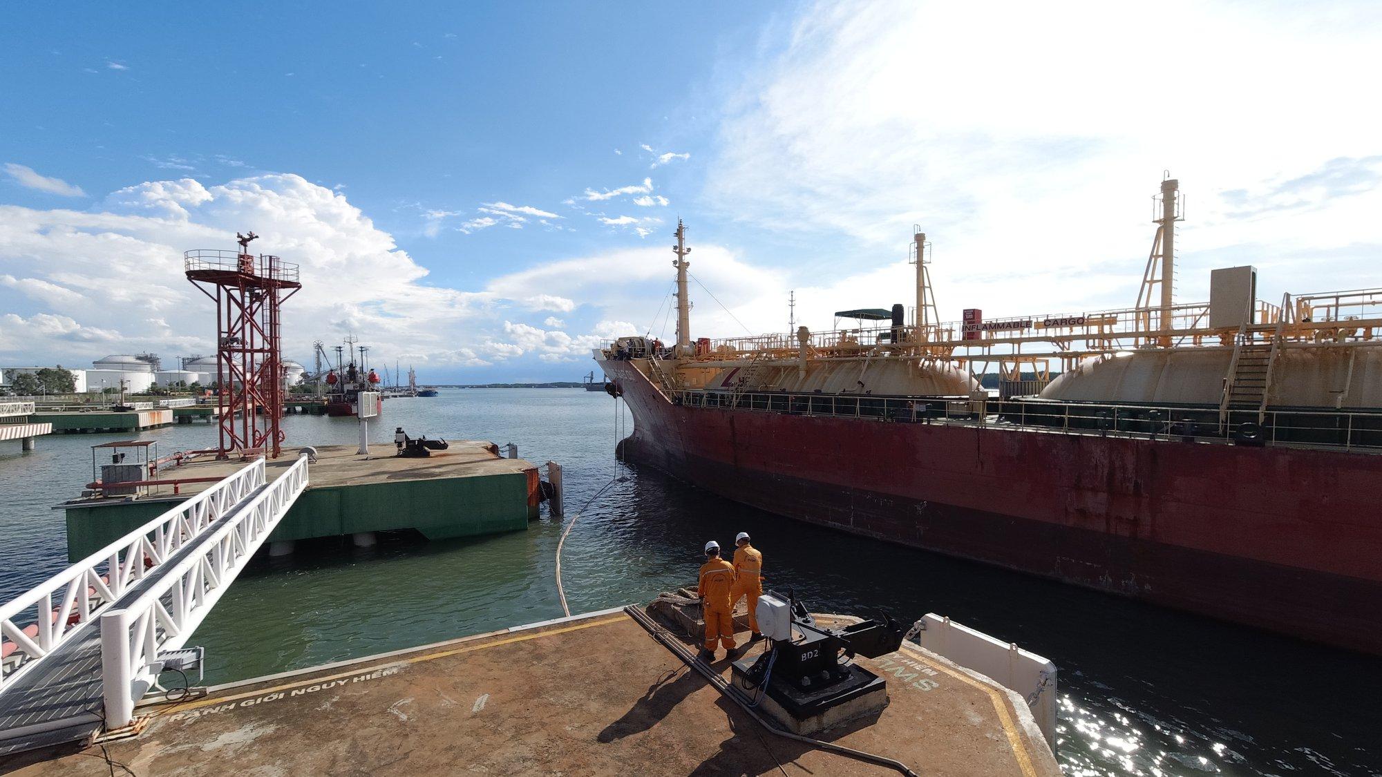 Một góc cảng khi tàu LPG vào nhận hàng
