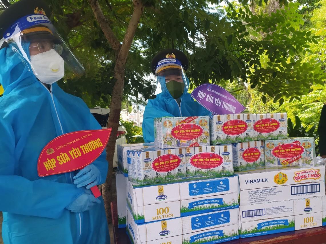 Trao những phần sữa yêu thương đến các gia đình khó khăn tại Long Điền