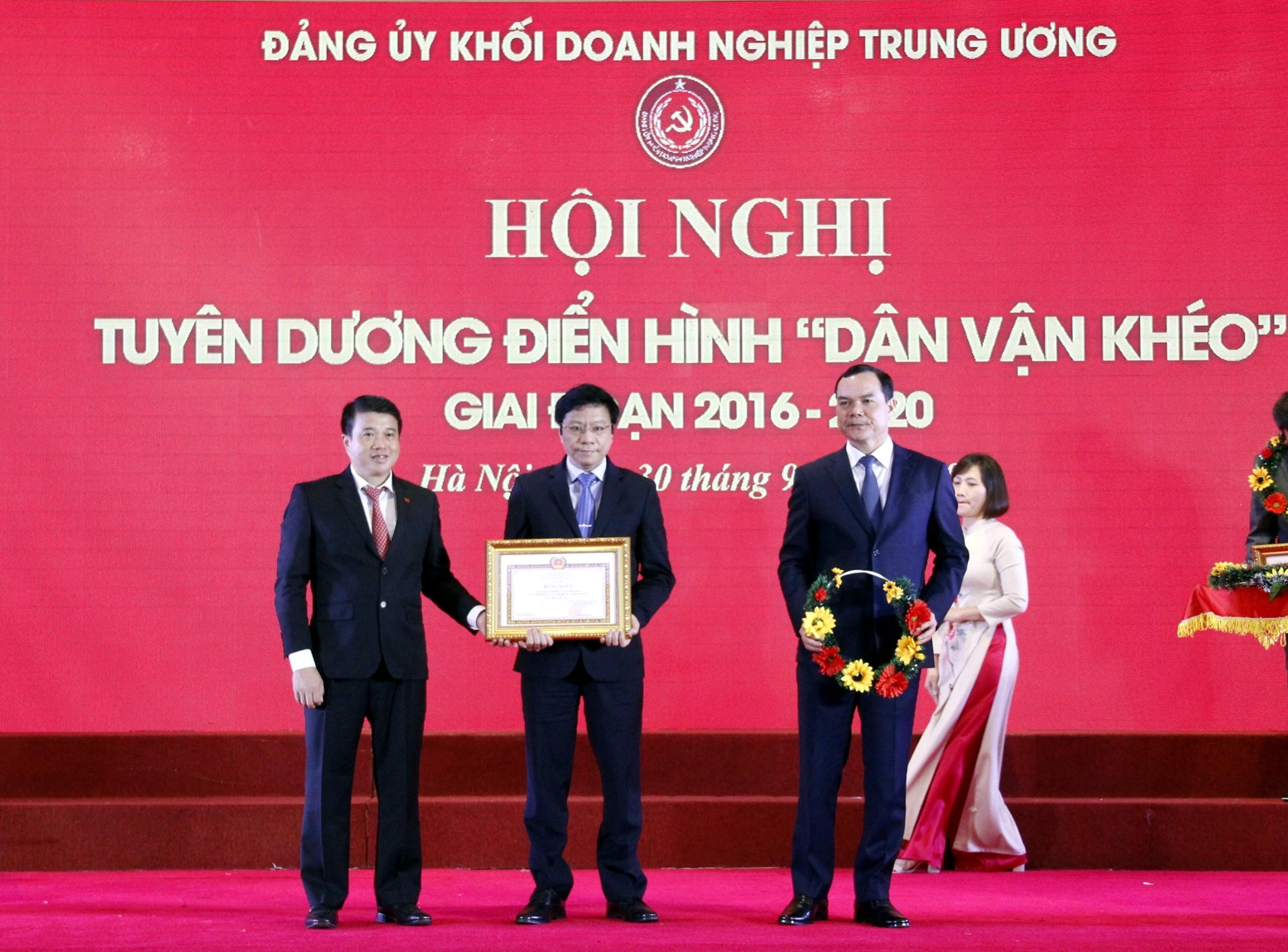 Đồng chí Phó Bí thư Trần Đức Sơn nhận khen thưởng Đảng bộ PV GAS do Đảng ủy Khối Doanh nghiệp Trung ương trao tặng