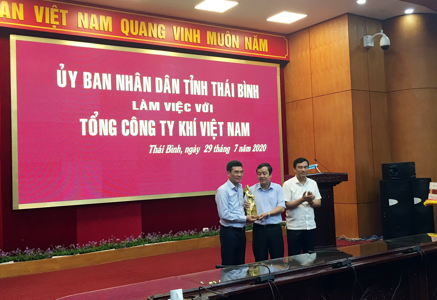 Lãnh đạo tỉnh Thái Bình trao tặng biểu trưng của tỉnh cho PV GAS