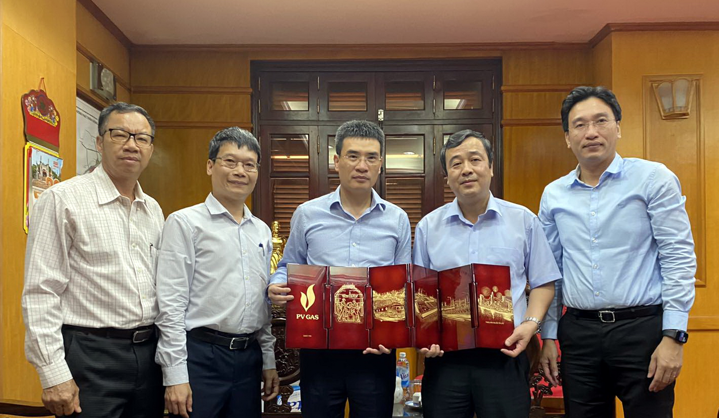 Trao tặng lưu niệm PV GAS cho lãnh đạo tỉnh Thái Bình