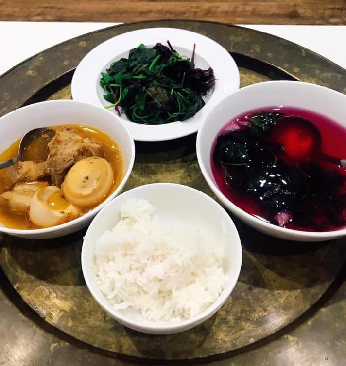 Bữa cơm ngon với cơm ST25 thơm dẻo được các gia đình CQĐH PV GAS vui mừng chia sẻ