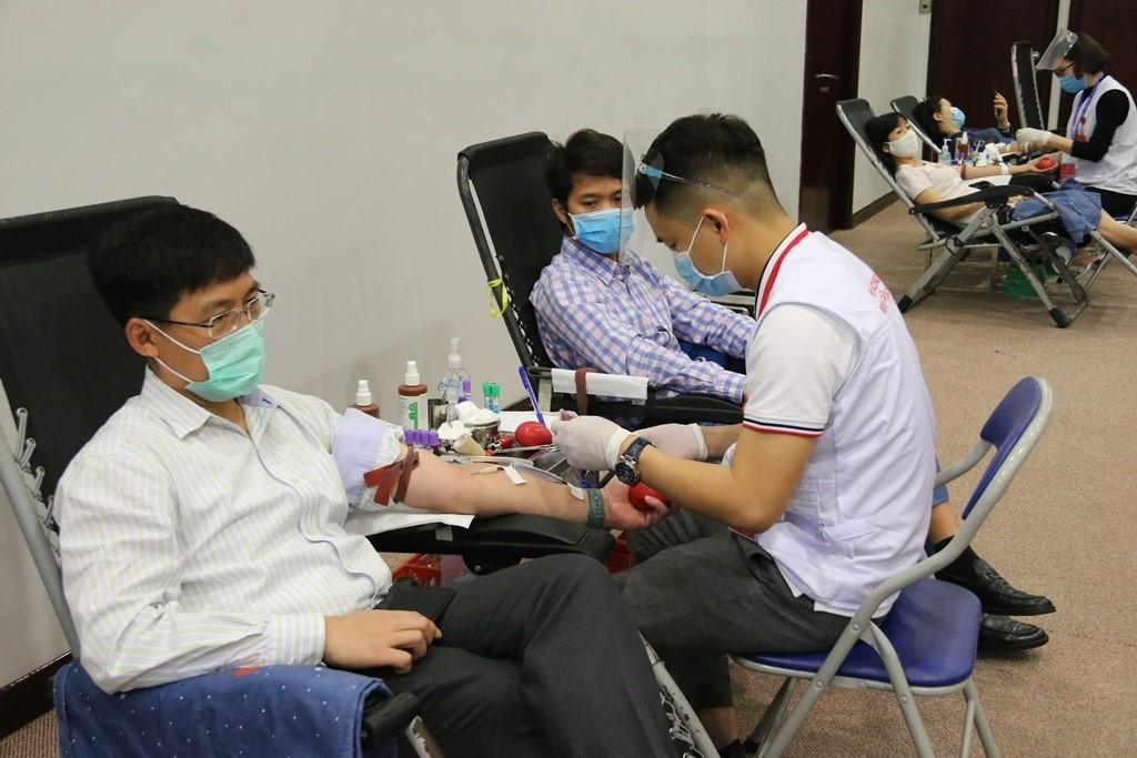 Các đồng chí Trưởng các Ban/Văn phòng Tập đoàn tham gia hiến máu