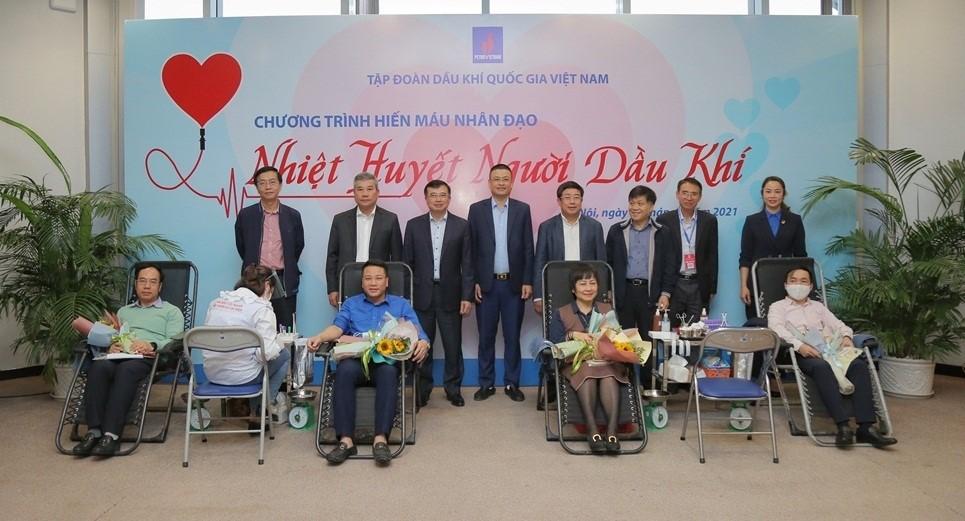 Các đồng chí lãnh đạo tặng hoa cán bộ, công nhân viên, đoàn viên thanh niên tham gia hiến máu