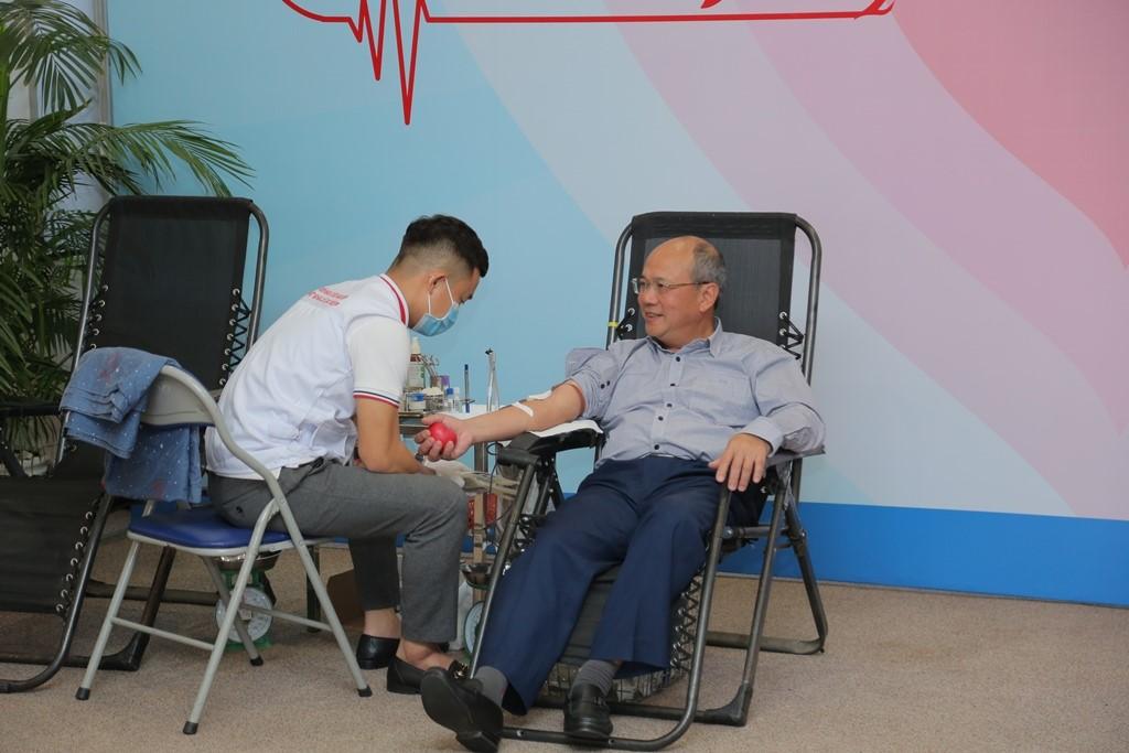 Thành viên HĐTV Đinh Văn Sơn tham gia hiến máu