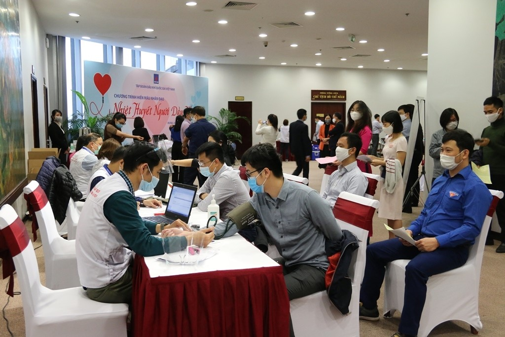 Cán bộ, công nhân viên, đoàn viên thanh niên đăng ký tham gia và được kiểm tra sức khỏe khi hiến máu