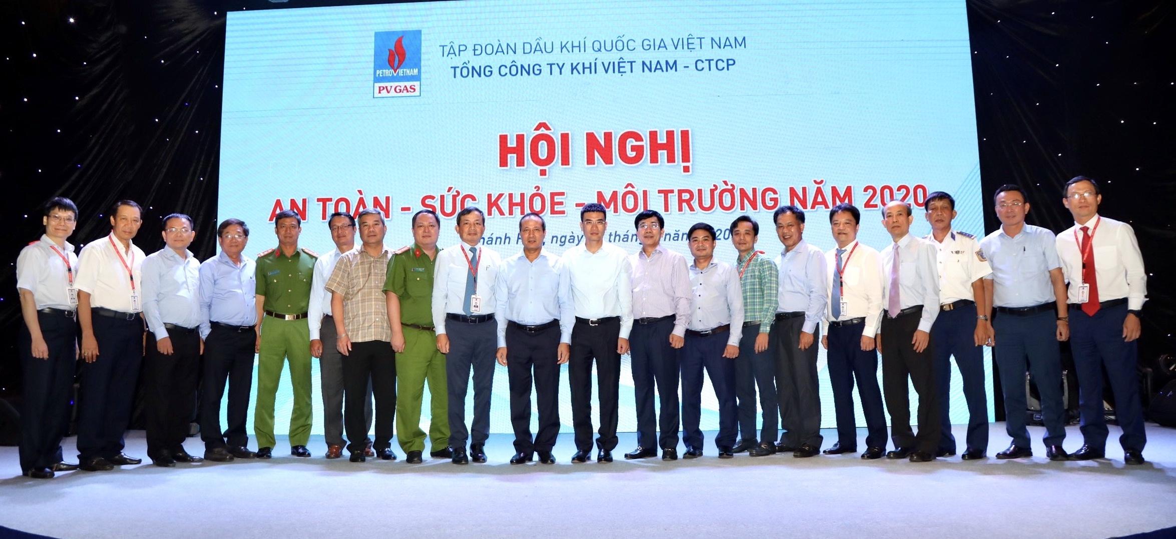 Các đại biểu chúc mừng thành công Hội nghị