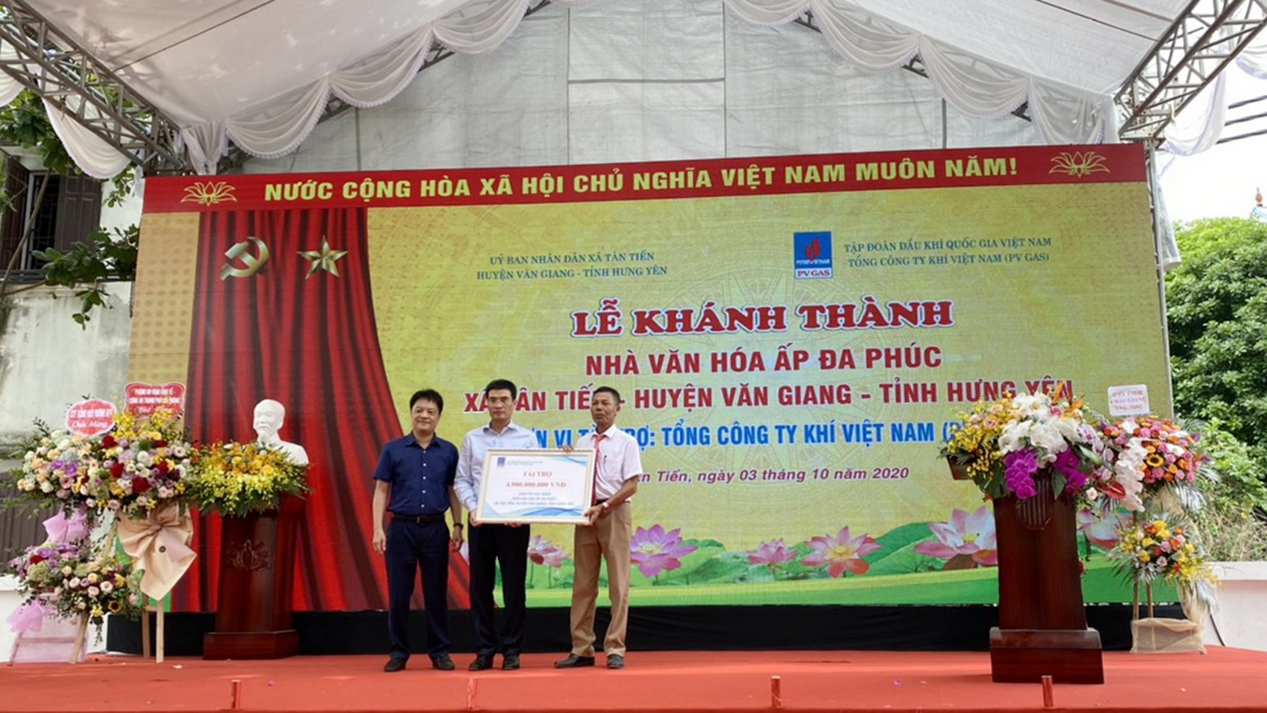 Tổng giám đốc PV GAS trao tặng chứng nhận tài trợ cho địa phương