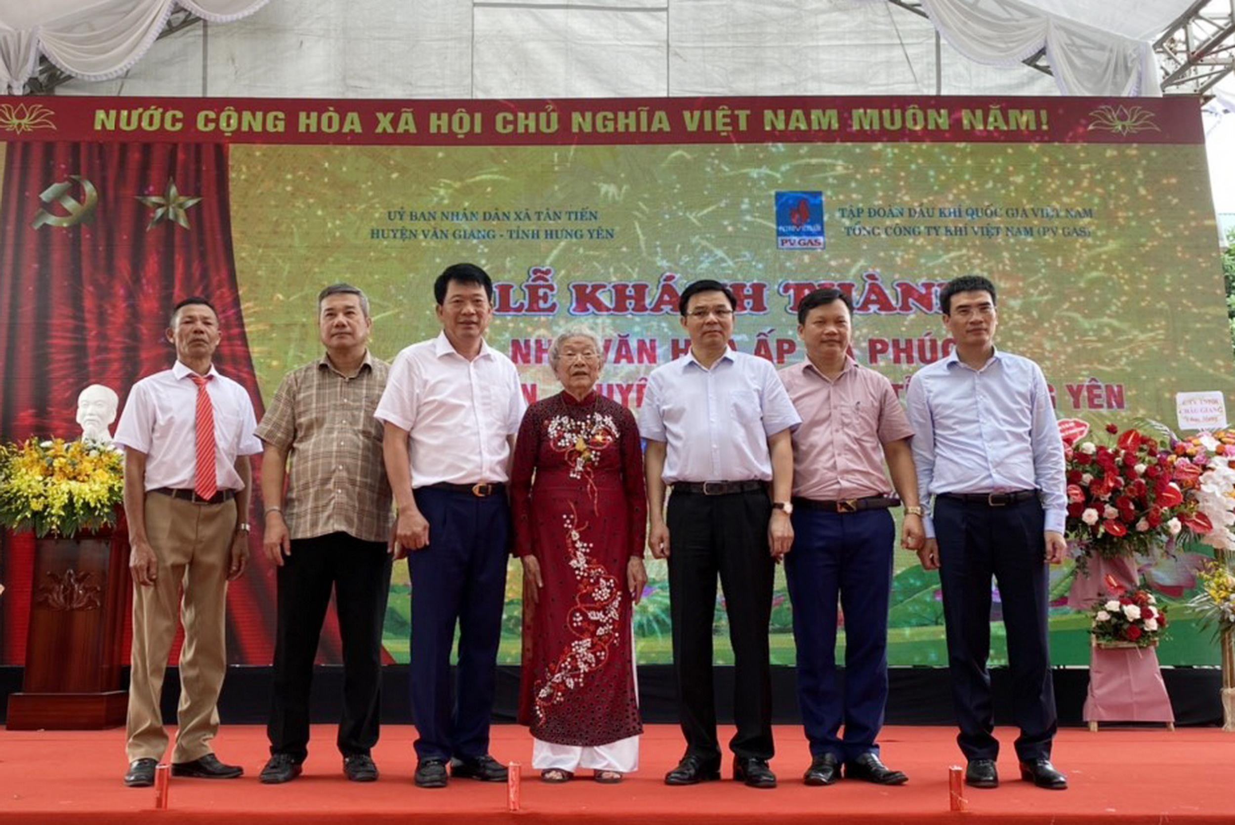 Các đại biểu chụp hình cùng cụ bà Hoàng Thị Phượng – Anh hùng Lực lượng vũ trang nhân dân