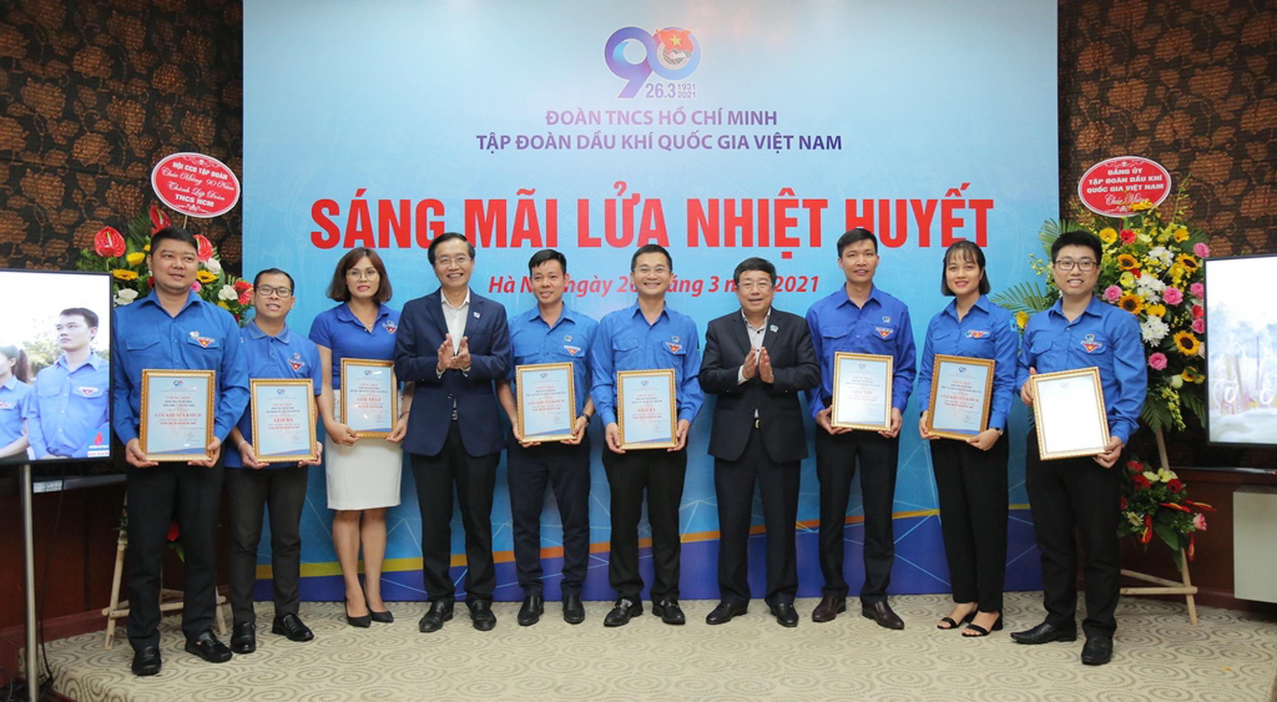 Các tập thể và cá nhân lãnh đạo thanh niên PV GAS nhận khen thưởng cấp cao
