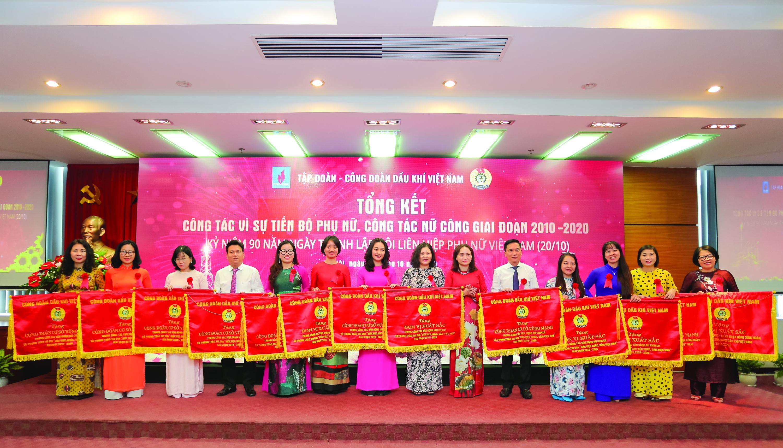 Ban nữ công PV GAS nhận khen thưởng 10 năm phong trào nữ công của Công đoàn DKVN