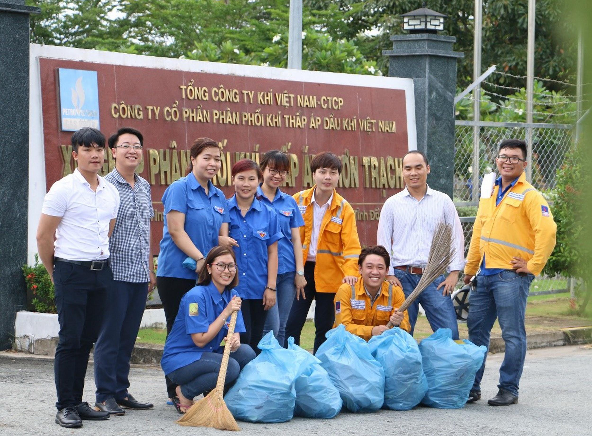 Các bạn trẻ PVGAS D tích cực tham gia các hoạt động giữ gìn môi trường xanh sạch đẹp