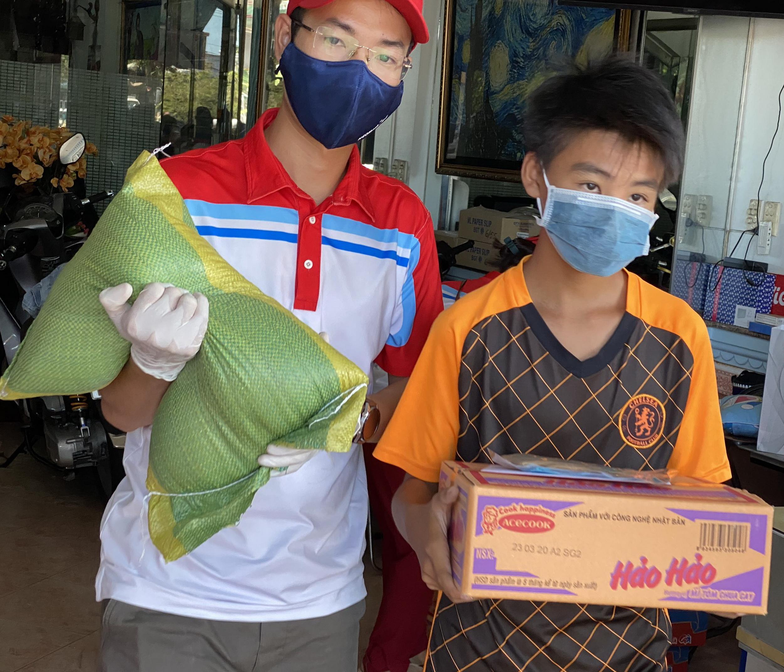 Trao tặng quà thiện nguyện trong điều kiện đảm bảo phòng chống dịch bệnh