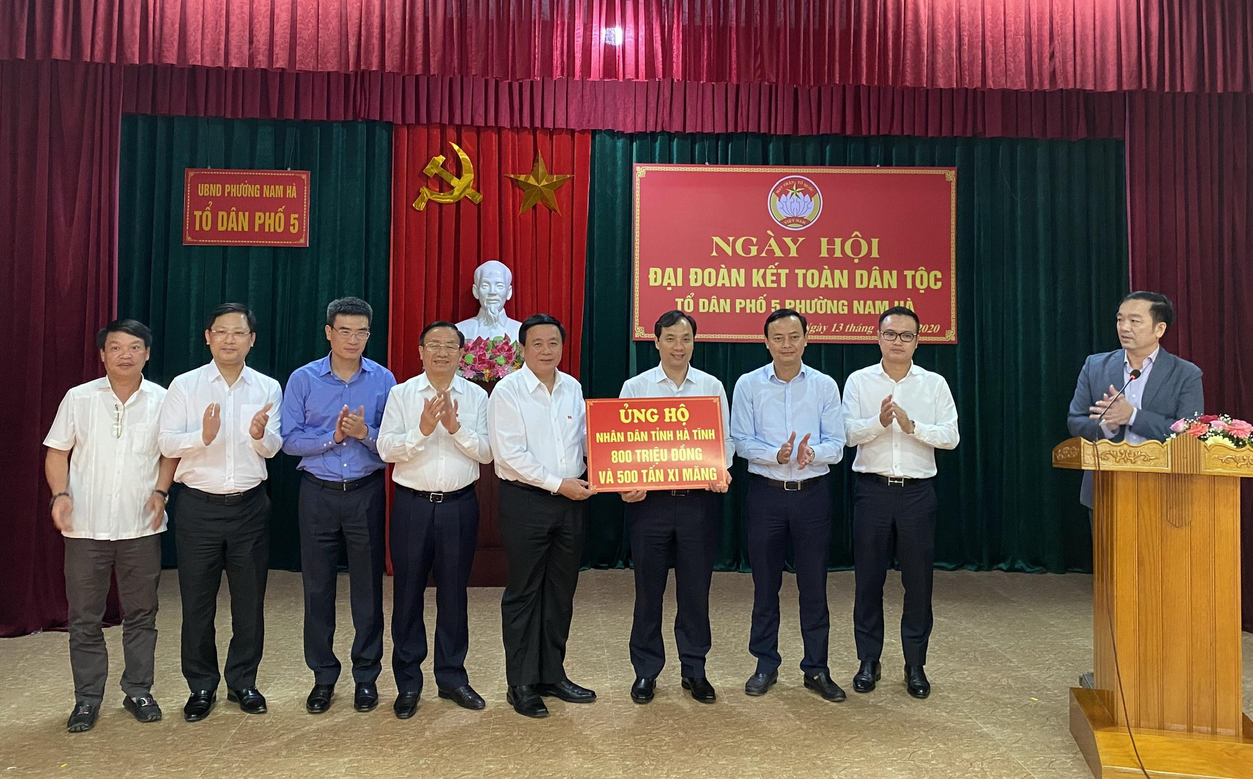 Đoàn công tác trao gói hỗ trợ cho Hà Tĩnh