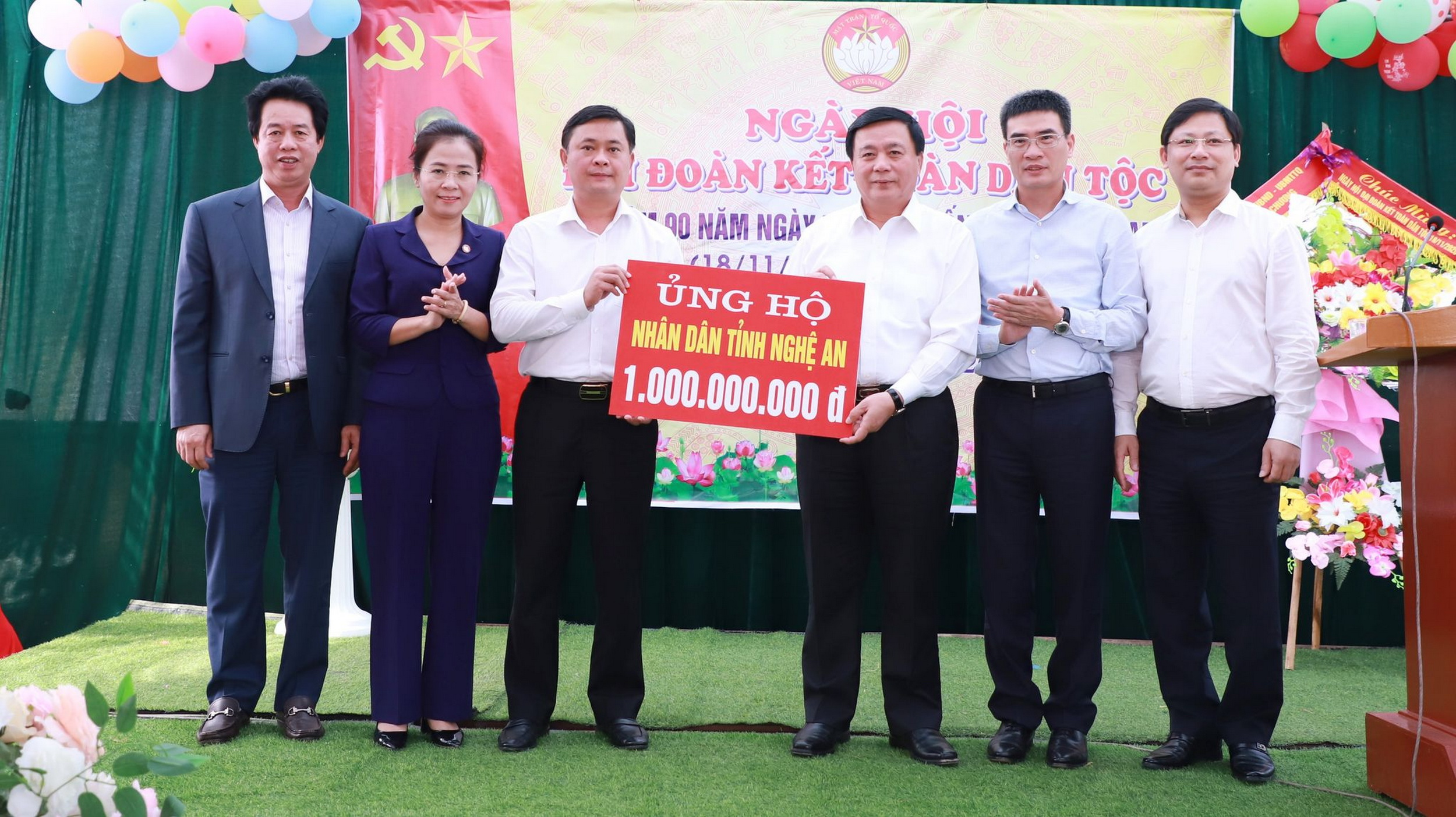 Đoàn công tác ủng hộ nhân dân Nghệ An khắc phục hậu quả thiên tai